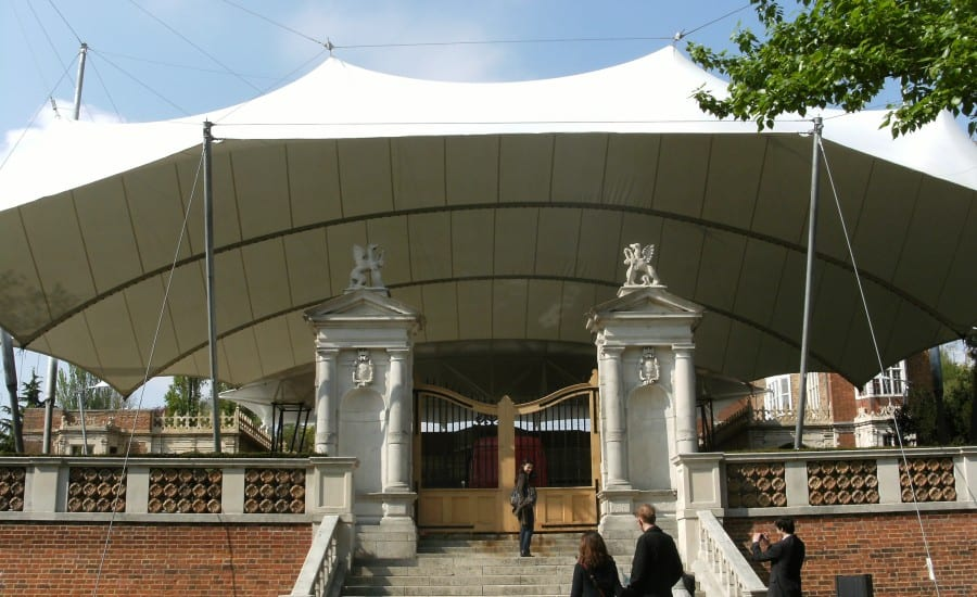 PVC polyester: Canopy covering an outdoor performance space